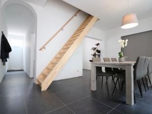 Prachtige, volledig gerenoveerde woning met 3 slaapkamers en koer in het centrum van Blankenberge. Deze instapklare woning bestaat uit: - inkomhal; -