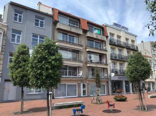Zeer ruim woonappartement gelegen aan mooi plein in het hart van Blankenberge.<br /> Inkom, grote living met terras, keuken, toilet, slaapkamer met do