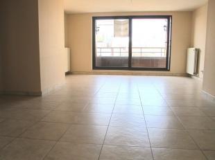 Dit appartement ligt in een zijstraat van de Kerkstraat en beschikt over een inkomhal met toilet, een ruime woonkamer met eetruimte en balkon aan de v