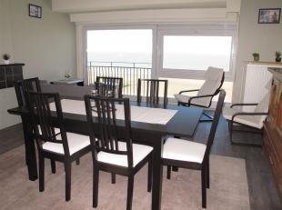 Een mooi gerenoveerd appartement met panoramisch zicht op zee vanop de 8ste verdieping. Gezellige klare living met open ingerichte keuken. Via de hal