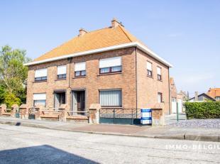 Nabij het strand in een rustige residentiële woonwijk in De Haan treffen we deze goed onderhouden woning.Het betreft hier een halfopen bebouwing