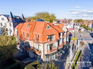 In de Concessie van de mooie belle époque badplaats De Haan, omgeven door een oase van groen, resideert dit riant villa appartement. Deze eigen