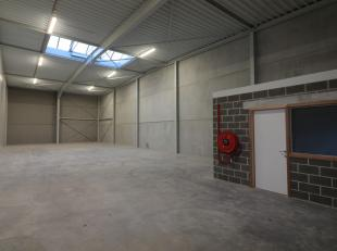 Ruim nieuwbouw magazijn met bureel te huur op unieke locatie, gelegen te Edward Vlietinckstraat 8, in het industriegebied van Oostende. De verhuurder