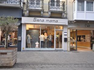"""Handelsgelijkvloers 40 m² - momenteel uitgebaat als speciaalzaak in zwangerschapskledij """"Biena Mama"""" - gelegen op een absolute A1 toplocatie Adol"""