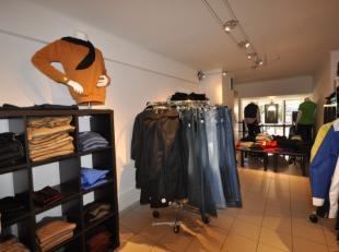 Handelsgelijkvloers op  zeer commerciële ligging -  momenteel uitgebaat als textielwinkel - handelsoppervlakte 125 m² over 2 tussenverdiepin
