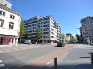 Ruim hoekappartement met aantrekkelijk open zicht vanuit de living - zonlicht staat centraal in deze woonst - winkels, zee, openbaar vervoer en school