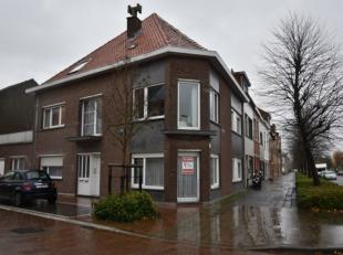Rustig gelegen gelijkvloersappartement met koer en aanpalende garagebox - instapklaar.<br /> <br /> inkomhal - living 30m² met open haard - apart