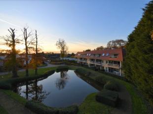 Standingvol appartement gelegen in recente residentie (dd 2009) omringd door idyllische groenzone en uitzicht op de vijver en tuin.<br /> <br /> Indel
