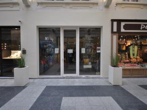 Een handelspand op commerciële ligging in gekende winkel/wandel galerij - James Ensorgalerij Oostende centrum - gelijkvloerse winkelruimte van 32