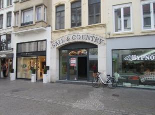 Beste commerciële stuk Adolf Buylstraat Oostende, winkel van 105 m² + ruime stockage, onmiddellijk vrij. Nieuwe handelshuur.