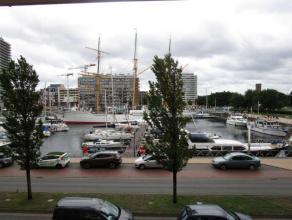Uitzonderlijk ruim duplex appartement met prachtig zicht op de jachthaven van Oostende. De stijlvolle inrichting en de woonoppervlakte van meer dan 20