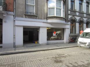 Ruim handelsgelijkvloers in het centrum van Oostende, standingvol gebouw, tal van mogelijkheden, onmiddellijk vrij, alle info op kantoor.
