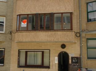 Volledig gerenoveerd 2 slaapkamer appartement in het centrum. Ruime living met veel lichtinval. Volledig ingerichte keuken met balkon. Badkamer met do