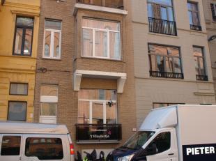 Duplex, 2 slaapkamer appartement gelegen in het centrum van Oostende. Living met open volledig ingerichte keuken en balkon vooraan. Badkamer met ligba