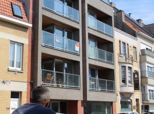 Instapklaar appartement met 2 slaapkamers te huur te Mariakerke-Oostende.  Er is een living met veel lichtinval en een aangename terras.  De open keuk