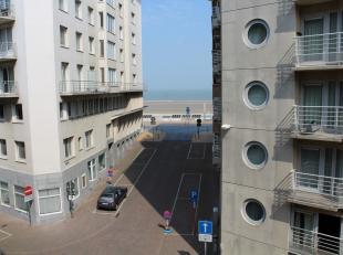 Gezellig appartement met 2 slaapkamers en zijdelings zeezicht te Mariakerke.  Rustig gelegen op 50m van de wandeldijk en het strand.  Openbaar vervoer