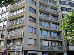 Mooi appartement op de hoek op de 3de verdieping met uitzicht over het Leopold-I plein. Terras met avondzon. Volledig ingerichte keuken in nieuwe staa