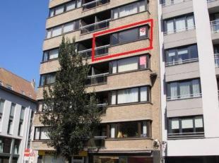 Zonnig appartement op de 4° verdieping, uitstekende ligging nabij de winkels, openbaar vervoer, zee en het centrum. Terras vooraan aansluitend op