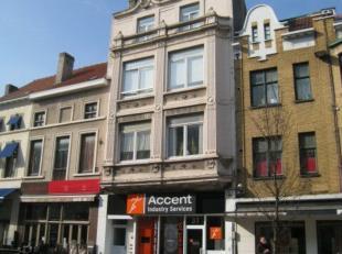 Duplex, 3 slaapkamer appartement, centraal gelegen te Oostende in een prachtig herenhuis. Ruime living met veel lichtinval. Afzonderlijke ingerichte k