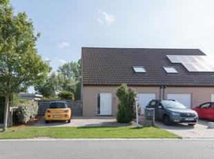 Recente woning (HOB) in DE HAAN, rustige aangename ligging, met tuin en garage, 3 ruime slaapkamers, lichtrijke living .<br /> Zeer goed onderhouden