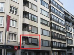Centraal gelegen twee slaapkamer appartement nabij Leopold I Plein en Zeedijk . Balkon vooraan en terras achteraan . Kelder en fietsenberging aanwezig