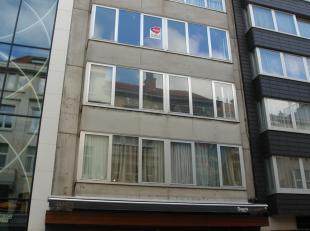 2 slaapkamer appartement gelegen in het centrum van Oostende. Ruime living met veel lichtinval en half open ingerichte keuken. Berging beschikbaar nab