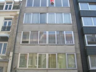 Ruim en gezellig vernieuwde dakstudio in het centrum van Oostende. Living met ingemaakte kasten waar een bed in zit. Er is een ingerichte open keuken.
