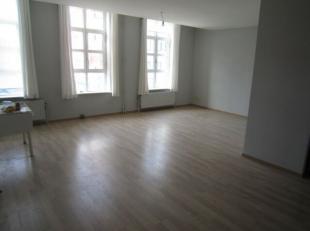 Triplex appartement te huur in Mariakerke met drie slaapkamers. Grote living met heel veel lichtinval. Volledige ingerichte keuken. Badkamer met douch