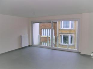 Modern appartement bestaande uit: inkomhal met gastentoilet, woonkamer met terras, eerste slaapkamer met private douchekamer en terras, halfopen keuke