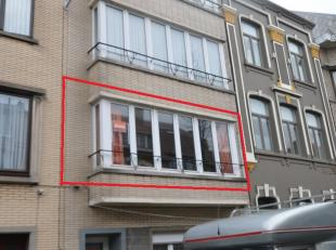 Oostende, rustig gelegen, volledig vernieuwd appartement op de 1ste verdieping (geen lift). Indeling: inkomhal, ruime living, ingerichte keuken (kookp