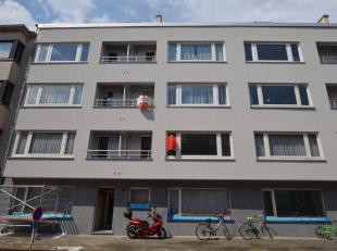 Oostende, ruim appartement op de 2de verdieping, met volledig vernieuwde en geïsoleerde gevel.<br /> Indeling: hall met vestiaire, bergkast, toil