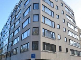 Oostende-Centrum, prachtig en rustige gelegen hoekappartement op de 1ste verdieping met open zicht op het Leopoldpark.<br /> Indeling: inkomhal met ve