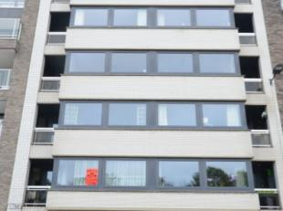 Oostende, zeer goed onderhouden appartement gelegen op de eerste verdieping, inclusief garagebox nummer 11. Slechts op wandelafstand van zee/strand, o