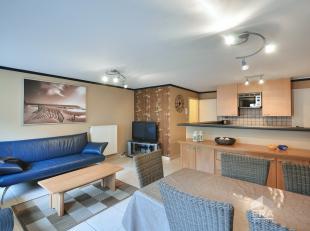 Duplex appartement gelegen op de 4 de en de vijfde verdieping van de residentie Julie. Indeling: inkom hal met vestiaire, toilet, ruime woonkamer met