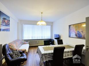 Centraal gelegen gelijkvloers appartement te Oostende. Indeling: inkom hall, woonkamer, ingerichte keuken met toestellen, badkamer met douche kamer, 1