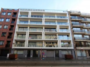 Dit schitterende nieuwbouwappartement is gelegen in residentie Royal Leopold en omvat een ruime woonkamer uitgevend op het terras, ingerichte open keu