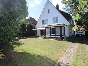 Deze authentieke villa is gelegen in het hartje van De Panne (A. Dumontlaan) en is gebouwd in de typische stijl van deze wijk. De villa is bijzonder r