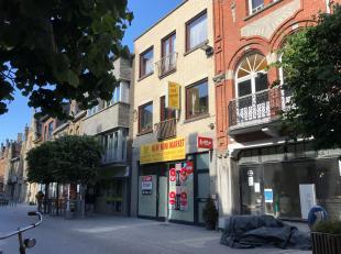 Commercieel gelegen winkelruimte met appartement in het centrum van Nieuwpoort. Op het gelijkvloers bevindt zich de handelsruimte (ideaal als horecaza