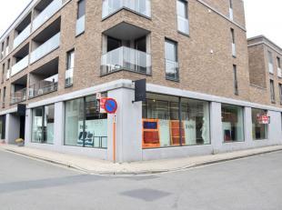 Volledig ingerichte handelszaak die gelegen is op een hoek. Topligging: dicht bij de winkelstraat van Roeselare (in het centrum). De totale oppervlakt