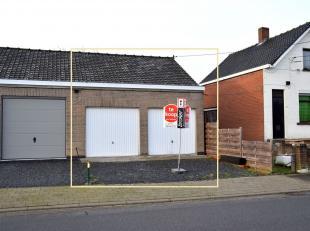 Dubbele garage met ruime oprit. De dubbele garage omvat ook een opperzolder. In de garage is er ook elektriciteit en water aanwezig.