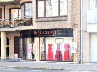 Zeer commercieel gelegen winkelruimte met keuken en berging. Deze mooie winkelruimte is gelegen op een goede, drukke invalsweg in het centrum van Roes
