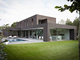 Uitzonderlijk en exclusief wonen in een recente woning getekend door Architecten PVL (Pieter Popeye). <br /> <br /> Deze woning ligt verborgen achter