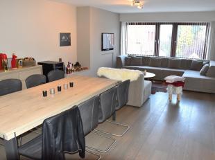 Roeselare – Instapklaar appartement met garage gelegen te Roeselare. Het appartement omvat een ruime inkom met schoenenkast, inkomtoilet, ruime living