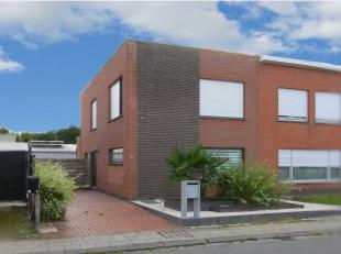 Vernieuwde halfopen bebouwing op 335 m2 met oprit en bijgebouw/garage van 8m80 op 6m90 en zongerichte tuin. De woning heeft een recent vernieuwd en ge