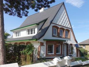 Exclusief wonen op één van de mooiste locaties in De Panne: Hoge Duinenlaan 7. Een woning ontworpen door architect Louis Legein pal in d