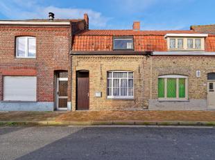 Beveren aan de Ijzer – Alveringem: In dit mooie dorpje aan de Ijzer staat dit 19e-eeuwse huisje te koop in rustige straat. Voorplaats met mazoutkachel