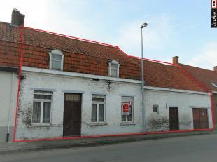 Poperinge – Krombeke: Te renoveren woning met zéér grote garage/atelier en tuin: omvat een living, eetkamer, keuken, badkamer, grote gar