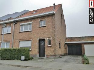 Diksmuide – Woning met 3 slaapkamers, garage en tuin <br /> <br /> Zeer rustig gelegen woning in het centrum van Diksmuide bestaande uit een inkom, ap