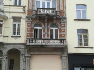 Dit appartement met 1 slaapkamer op de vierde verdieping is gelegen in een klein gebouw met beschermde gevel. Er is geen lift aanwezig in het gebouw w
