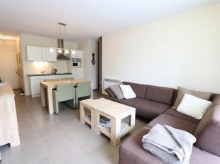 Inkomhal met inbouwkasten;<br /> Leefruimte met keukenblok en toegang tot het terras met nammidag zon;<br /> Nachthal met slaaphoek geschikt voor stap